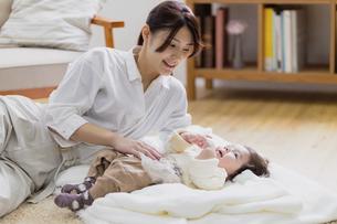 赤ちゃんと母親の写真素材 [FYI04778178]