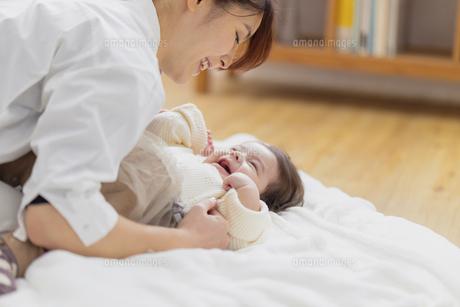 赤ちゃんと母親の写真素材 [FYI04778181]