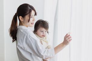 赤ちゃんと母親の写真素材 [FYI04778189]