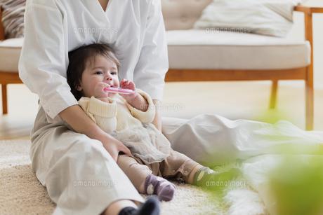 赤ちゃんと母親の写真素材 [FYI04778205]
