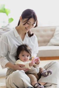 赤ちゃんと母親の写真素材 [FYI04778207]