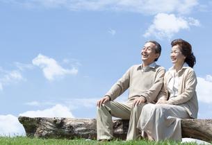 ベンチに座るシニア夫婦の写真素材 [FYI04778229]