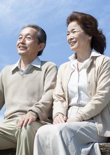 ベンチに座るシニア夫婦の写真素材 [FYI04778230]