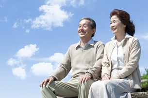 ベンチに座るシニア夫婦の写真素材 [FYI04778231]