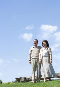 芝生を歩くシニア夫婦の写真素材 [FYI04778232]