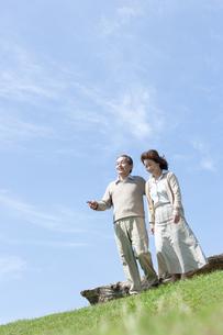 芝生を歩くシニア夫婦の写真素材 [FYI04778235]