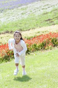 芝生を走る女の子の写真素材 [FYI04778243]