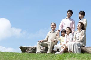 ベンチに座る三世代家族の写真素材 [FYI04778244]