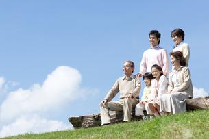 ベンチに座る三世代家族の写真素材 [FYI04778245]