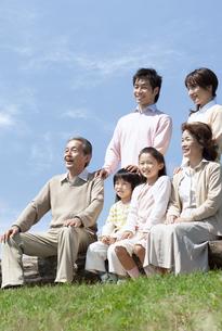 ベンチに座る三世代家族の写真素材 [FYI04778246]