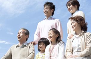 笑顔の三世代家族の写真素材 [FYI04778248]