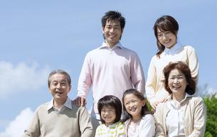 笑顔の三世代家族の写真素材 [FYI04778249]