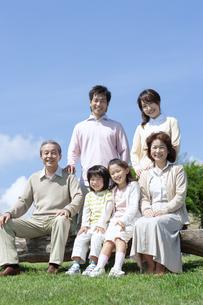 ベンチに座る三世代家族の写真素材 [FYI04778250]
