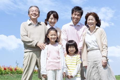 笑顔の三世代家族の写真素材 [FYI04778259]
