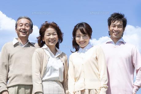 笑顔の二世代家族の写真素材 [FYI04778260]