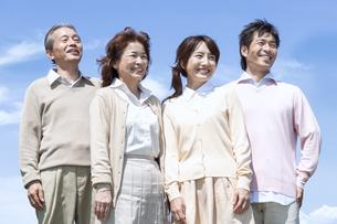 笑顔の二世代家族の写真素材 [FYI04778262]