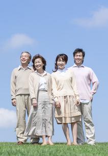 芝生に立つ二世代家族の写真素材 [FYI04778266]