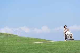 車椅子で散歩するシニア夫婦の写真素材 [FYI04778274]