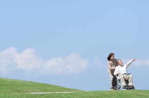 車椅子で散歩するシニア夫婦の写真素材 [FYI04778275]
