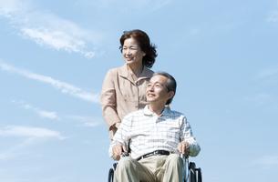 車椅子で散歩するシニア夫婦の写真素材 [FYI04778278]