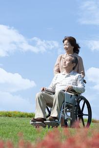 車椅子で散歩するシニア夫婦の写真素材 [FYI04778279]