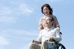 車椅子で散歩するシニア夫婦の写真素材 [FYI04778280]