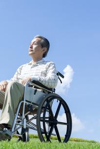 車椅子で散歩するシニア男性の写真素材 [FYI04778281]