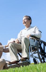 車椅子で散歩するシニア夫婦の写真素材 [FYI04778282]