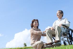 車椅子で散歩するシニア夫婦の写真素材 [FYI04778283]
