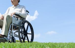 車椅子で散歩するシニア男性の写真素材 [FYI04778284]