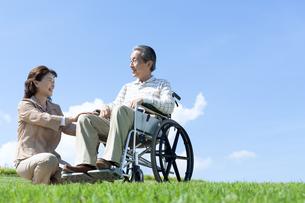 車椅子で散歩するシニア夫婦の写真素材 [FYI04778285]