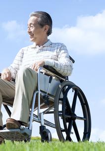 車椅子で散歩するシニア男性の写真素材 [FYI04778286]