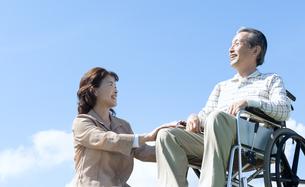 車椅子で散歩するシニア夫婦の写真素材 [FYI04778287]