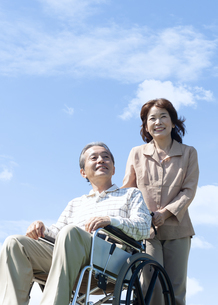 車椅子で散歩するシニア夫婦の写真素材 [FYI04778288]
