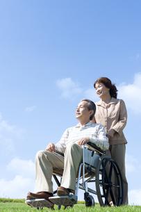 車椅子で散歩するシニア夫婦の写真素材 [FYI04778290]