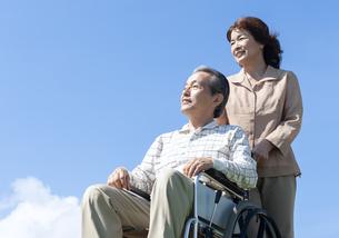 車椅子で散歩するシニア夫婦の写真素材 [FYI04778291]