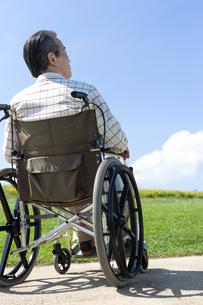 車椅子で散歩するシニア男性の写真素材 [FYI04778293]