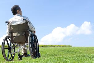 車椅子で散歩するシニア男性の写真素材 [FYI04778294]