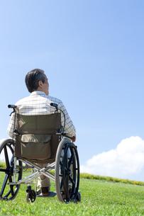 車椅子で散歩するシニア男性の写真素材 [FYI04778295]