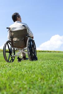 車椅子で散歩するシニア男性の写真素材 [FYI04778296]