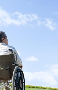 車椅子で散歩するシニア男性の写真素材 [FYI04778297]