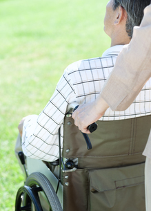 車椅子で散歩するシニア夫婦の写真素材 [FYI04778302]