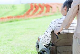 車椅子で散歩するシニア夫婦の写真素材 [FYI04778303]