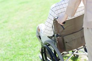 車椅子で散歩するシニア夫婦の写真素材 [FYI04778304]