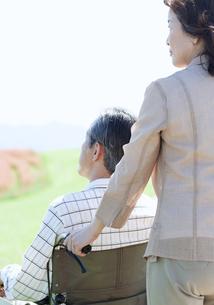 車椅子で散歩するシニア夫婦の写真素材 [FYI04778305]
