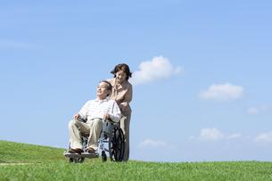 車椅子で散歩するシニア夫婦の写真素材 [FYI04778306]