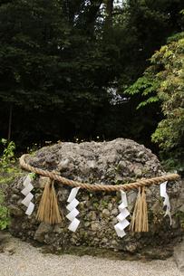 国歌の君が代に歌われた 下鴨神社のさざれ石の写真素材 [FYI04778315]