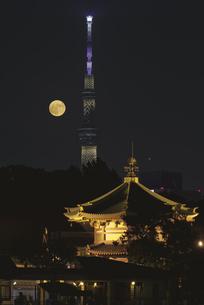 満月と不忍池辯天堂と東京スカイツリーライトアップの写真素材 [FYI04778355]