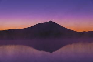 日本百名山 夜明け前の朝もやの母子島遊水地と筑波山 朝焼けの写真素材 [FYI04778389]
