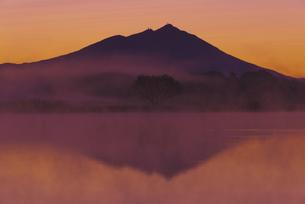 日本百名山 夜明け前の朝もやの母子島遊水地と筑波山 朝焼けの写真素材 [FYI04778391]
